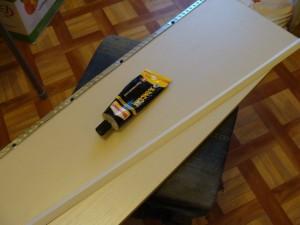13. Приклеиваем пластиковый уголок на передний край полки